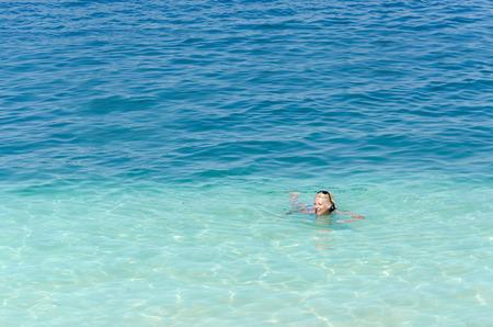 Femme nageant en pleine mer