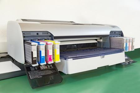 Attrezzature del reparto prestampa. Stampante da stampa di grande formato Archivio Fotografico