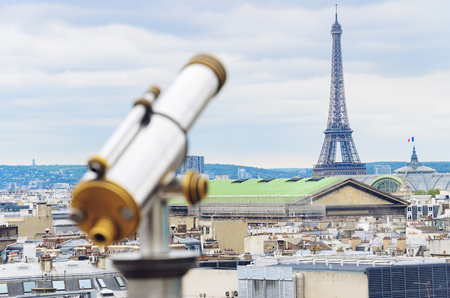 Tourist coin operated binoculars in front Eiffel tower in Paris, France Banque d'images