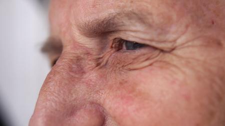 leeftijd, visie en oude mensen concept - close-up van senior vrouw gezicht en oog Stockfoto