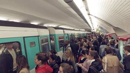 Paris, France - May 11, 2017: Paris Metro train wagon leave Opera station during rush hour Фото со стока - 120450834