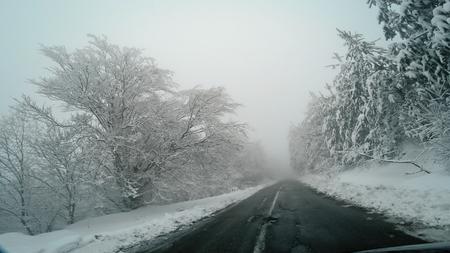 Conduite hivernale pov sur blizzard de neige avec mauvaise visibilité sur la route rurale de montagne