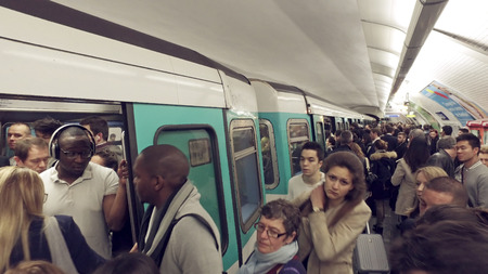 Paris, France - May 11, 2017: Paris Metro train arrive at station with crowd of people during rush hour Фото со стока - 120679447