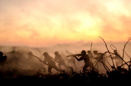 戦争の概念。軍隊は戦争の霧空の背景、世界大戦の兵士のシルエットの下曇りスカイラインで夕暮れや明け方に戦闘シーンをシルエットします。攻