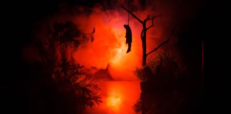 ahorcada: Horror vista de la chica colgada en el árbol en la noche (por la noche) Suicidio decoración. Ejecuciones de castigo de muerte o idea abstracta de suicidio. Decoración de fondo diferente