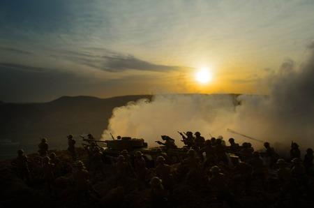 전쟁 개념입니다. 전쟁 안개 하늘 배경, 세계 대전 군인에 싸우는 군사 실루엣 실루엣 아래 밤 흐린 스카이 라인. 공격 장면. 장갑 차량. 탱크 전투. 장 스톡 콘텐츠