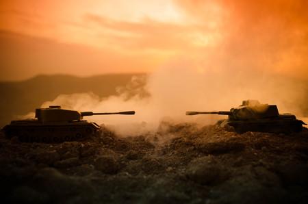 戦争の概念。戦争の霧空のシーンをかけて戦う軍のシルエットの背景、夜曇りスカイライン以下世界大戦兵士のシルエット。攻撃シーン。装甲車両
