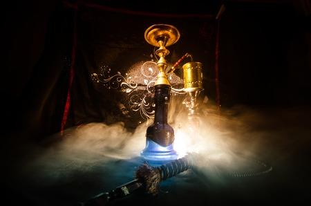검정색 배경 가진 shisha 그릇에 물 담 뱃 대 뜨거운 불길. 세련된 동양 시샤. Shisha 개념 스톡 콘텐츠