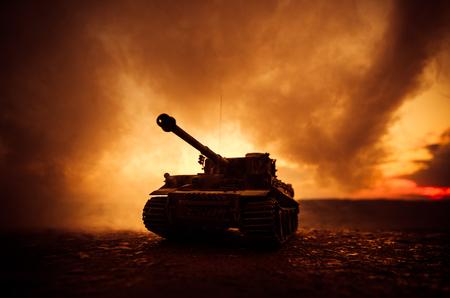 戦争の概念。戦争の霧空のシーンをかけて戦う軍のシルエットの背景、夜曇りスカイライン以下世界大戦ドイツ戦車のシルエット。攻撃シーン。装甲車両。タンクは戦う 写真素材 - 81557699