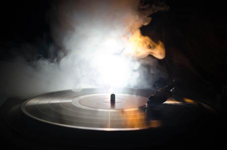 턴테이블 비닐 레코드 플레이어입니다. 디스크 자키 레트로 오디오 장비입니다. DJ가 음악을 믹스 앤 플레이하는 데 유용한 사운드 기술. 연기와 함께  스톡 콘텐츠