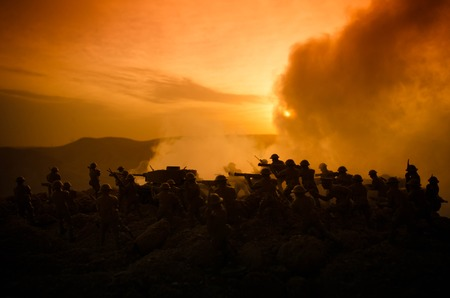 戦争の概念。戦争の霧空のシーンをかけて戦う軍のシルエットの背景、夜曇りスカイライン以下世界大戦兵士のシルエット。攻撃シーン。装甲車両。タンクは戦う。装飾 写真素材 - 83465344
