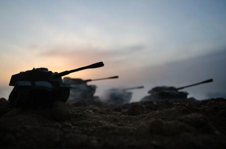 Oorlogskoncept. Militaire silhouetten vechten toneel op oorlog mist mist achtergrond, Wereldoorlog Soldaten Silhouetten Onder bewolkte Horizon 's nachts. Aanval scene. Gepantserde voertuigen. Tanks battle. Decoratie
