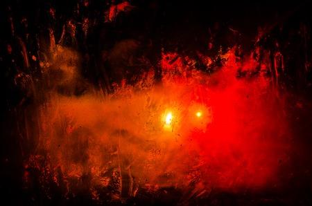 매트 유리 뒤에 혈액의 얼룩 실루엣을 공포. 모호한 손 및 본문 그림 추상화입니다. 화재 배경입니다. 선택적 초점 스톡 콘텐츠