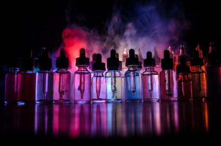 Vapeコンセプト。暗い背景に煙雲と蒸気液体ボトル。光の効果。背景やvape広告やvapeの背景として便利です。