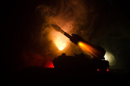 Lanzamiento de cohete con nubes de fuego. Escena de batalla con cohetes Misiles con ojivas apuntados al cielo sombrío en la noche.