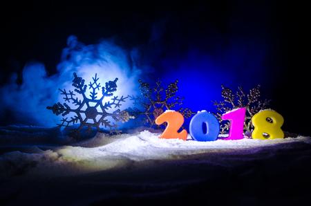 Sylvesterabende Feierhintergrund mit Elementen oder Symbolen des neuen Jahres. Dekoration für die Grußkarte. Frohes neues Jahr. Standard-Bild - 91628465