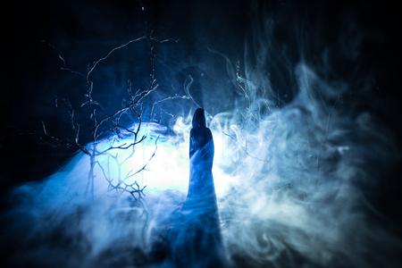 Allein Mädchen mit dem Licht in den Wald in der Nacht, oder blau getönten Nacht Wald am Nebel Zeit Standard-Bild - 93158562