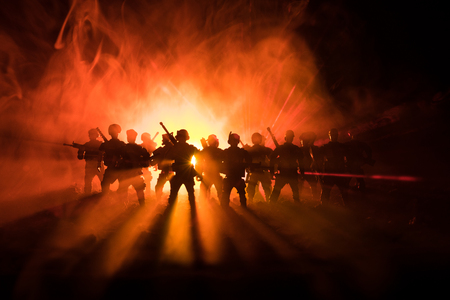 La polizia antisommossa dà il segnale di essere pronta. Concetto di potere del governo. La polizia in azione. Fumo su uno sfondo scuro con luci. Sirene lampeggianti rosso blu. Potere dittatoriale. Messa a fuoco selettiva Archivio Fotografico - 95113975
