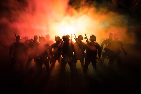 Oorlog concept. Militaire silhouetten die scène op de hemelachtergrond van de oorlogsmist bestrijden Stockfoto
