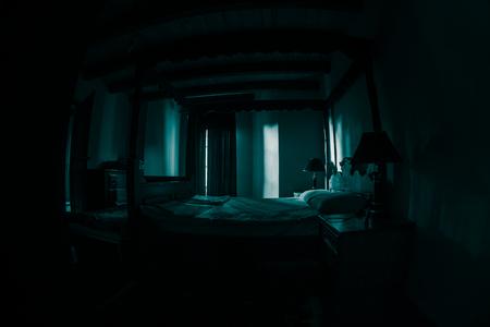 Un paysage de chambre effrayant, une chambre effrayante antique avec fenêtre. Pièce sombre. Notion d'horreur