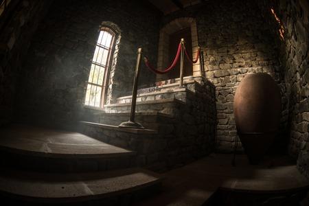 Innerhalb eines alten gruseligen verlassenen Herrenhauses. Treppe und Kolonnade. Dunkle Schlosstreppe zum Keller. Gespenstische Kerkertreppe im alten Schloss. Horror-Halloween-Hintergrund