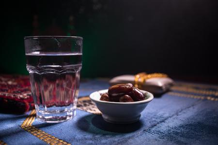 水和日期。开斋晚餐是指晚餐。在地毯上装饰斋月卡里姆节日。节日贺卡,穆斯林斋月请柬。有选择性的重点