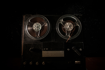 Alter Vintage-Reel-to-Reel-Player und -Recorder auf dunklem nebligen Hintergrund. Analoger Stereo Open Reel Tape Deck Recorder Player mit Rollen. Selektiver Fokus Standard-Bild