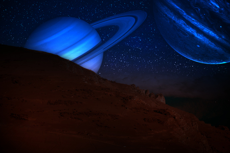 Concepto surrealista de fantasía. Pintoresco paisaje nocturno de la carretera nacional en la noche con un planeta gigante en el cielo nocturno.