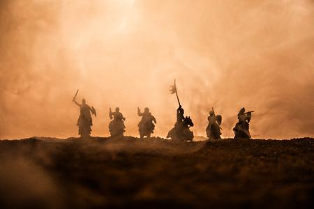 Scène de bataille médiévale avec cavalerie et infanterie. Silhouettes de personnages en tant qu'objets séparés, combat entre guerriers sur fond brumeux coucher de soleil. Mise au point sélective Banque d'images