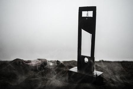 Vista de terror de la guillotina. Primer plano de una guillotina sobre un fondo oscuro con niebla. Concepto de ejecución