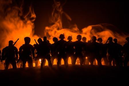 Anti-Bereitschaftspolizei gibt Signal, bereit zu sein. Regierungsmachtkonzept. Polizei in Aktion. Rauch auf einem dunklen Hintergrund mit Lichtern. Blaurot blinkende Sirenen. Diktaturmacht Standard-Bild