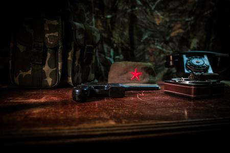 Gros plan d'un cigare cubain et d'un cendrier sur la table en bois. Table de commandant de dictateur communiste dans une pièce sombre. Concept de table de travail du général de l'armée. Décoration d'œuvres d'art Banque d'images