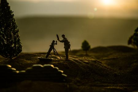 Concepto de guerra. Siluetas militares que luchan contra la escena sobre fondo de cielo de niebla de guerra, silueta de soldados de la guerra mundial debajo del horizonte nublado al atardecer.