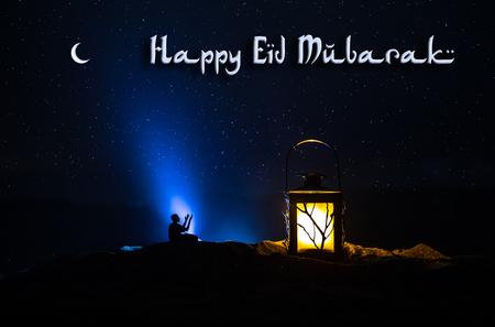 有灼烧的蜡烛的装饰阿拉伯灯笼发光在晚上。节日贺卡,穆斯林圣洁月斋月的邀请。