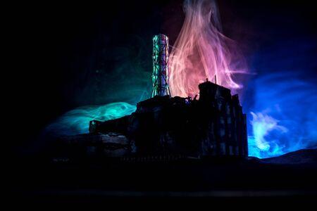 Decorazione di opere d'arte creative. Centrale nucleare di Cernobyl di notte. Layout della stazione abbandonata di Chernobyl dopo l'esplosione del reattore nucleare. Messa a fuoco selettiva