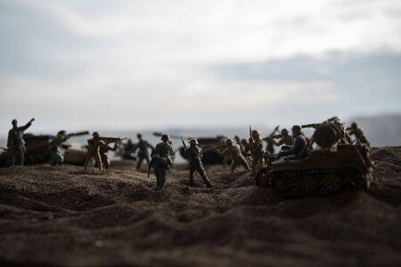 Oorlogsconcept. Militaire silhouetten vechten scène op oorlog mist hemelachtergrond, Wereldoorlog soldaten silhouet onder bewolkte Skyline bij zonsondergang.
