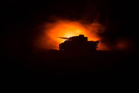 Concepto de guerra. Siluetas militares que luchan contra la escena sobre fondo de cielo de niebla de guerra, silueta de vehículo blindado debajo del horizonte nublado por la noche. Escena de ataque. Batalla de tanques. Decoración de obras de arte