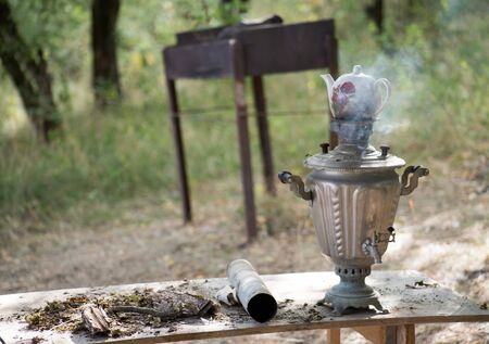Vintage metal copper tea samovar. Samovar side view. Retro soot grunge tea samovar was used for a long time. Burned with firewood 写真素材 - 129423252