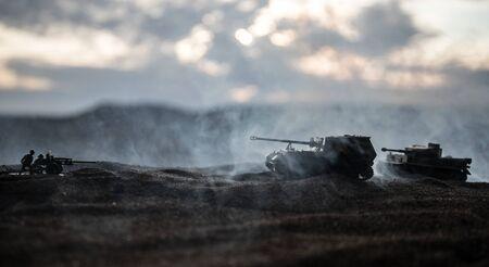 Kriegskonzept. Militärische Silhouetten, die Szene auf Kriegsnebelhimmelhintergrund kämpfen. Angriffsszene. Gepanzerte Fahrzeuge und Infanterie. Kreative Komposition