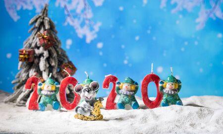 les chiffres de l'année 2020 se tiennent dans la neige avec une décoration de branche de pin. Décoration de vacances d'œuvres d'art créatives. Espace vide pour votre texte Banque d'images