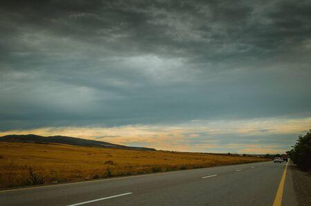 Górska droga rowerowa. Mglista górska droga w wysokich górach... Pochmurne niebo z górskiej drogi. Przyroda Azerbejdżanu Zdjęcie Seryjne