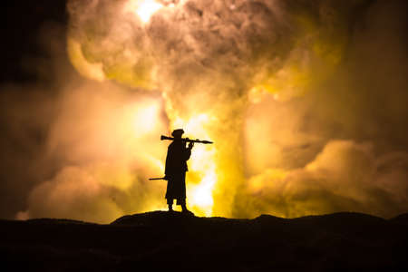 Military soldier silhouette with bazooka. War Concept. Military silhouettes fighting scene on war fog sky background, Soldier Silhouette aiming to the target at night. Attack scene Banque d'images
