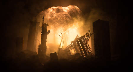 Nuclear war concept. Explosion of nuclear bomb. Apocalyptic view of city downtown after bombing. Night scene. City destroyed by war. Banque d'images