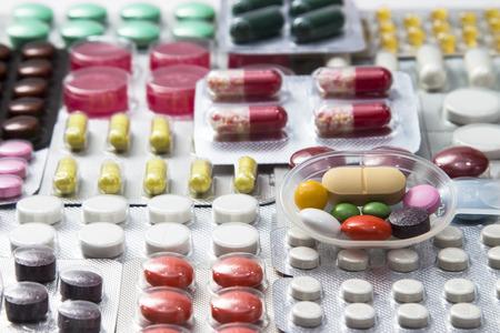 pilule: color de fondo de los medicamentos en el blister - vitaminas, tabletas, cápsulas