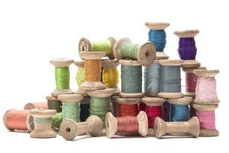 hilo rojo: carretes de madera con hilos de algod�n de colores para coser, vintage