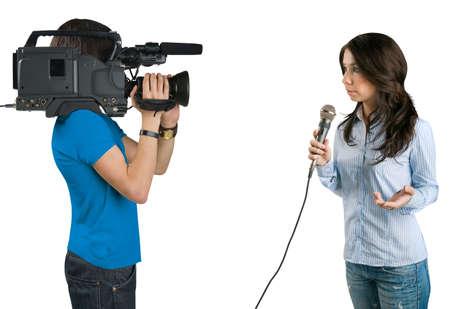 Tv-verslaggever de presentatie van het nieuws in de studio, geïsoleerd op witte achtergrond