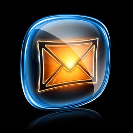 postmark: Briefumschlag-Symbol neon, auf schwarzem Hintergrund isoliert Lizenzfreie Bilder