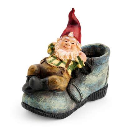 Gnome zittend op een boot geïsoleerd met clipping path