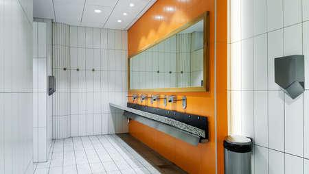 Openbare lege toilet met wastafels spiegel
