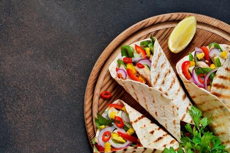 Taco - plato tradicional de la cocina mexicana. Tacos mexicanos con carne, verduras y salsa. Vista superior.